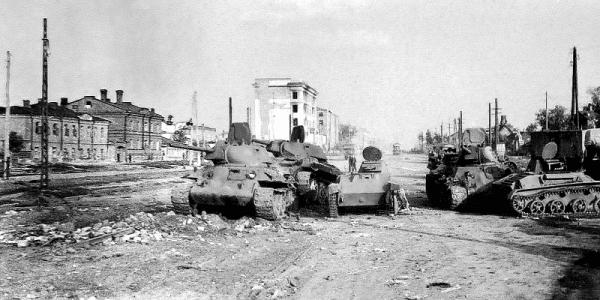 Подбитые танки и танкетки на улице Воронежа